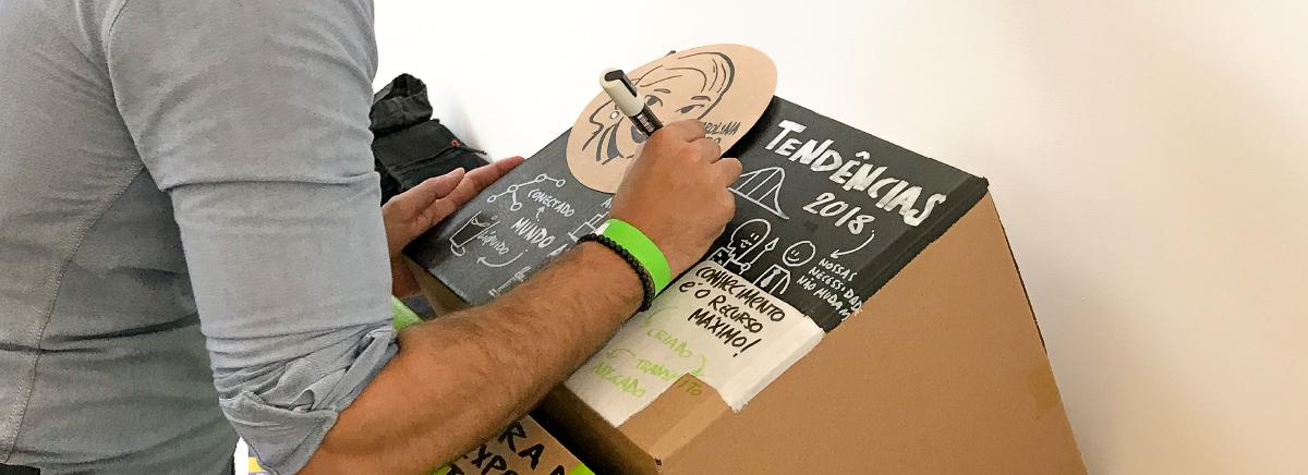 facilitador gráfico registra ideias de palestra em caixas